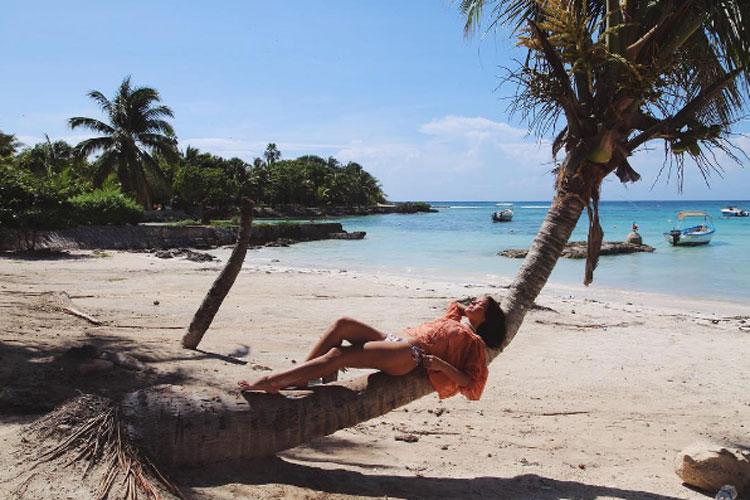 Bruna Marquezine toma sol de biquíni -- e se equilibra sobre um coqueiro