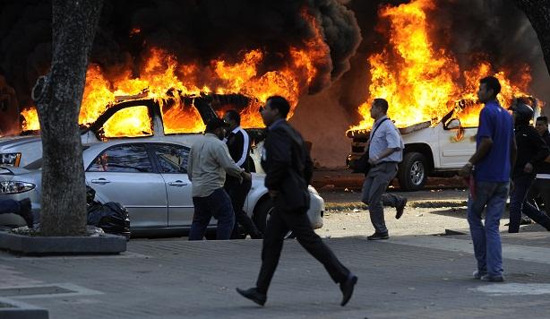 Viatura da Polícia Cientifica são queimadas durante protesto em Caracas<br><br>