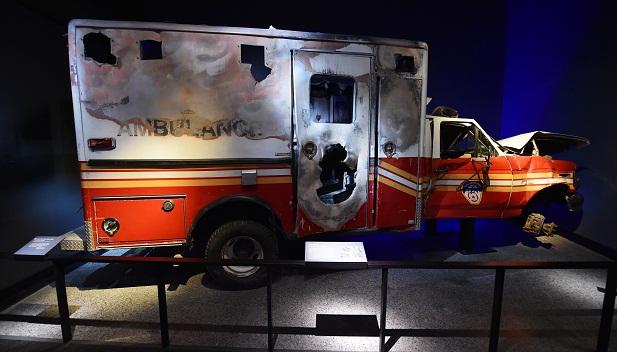 Ambulância danificada no dia do atentado também está em exposição