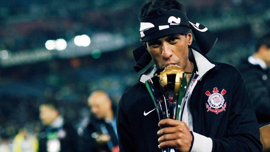 Paulinho comemora o título do Mundial de Clubes da Fifa após vitória sobre o Chelsea, em Yokohama