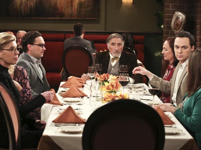 Cena do último episódio da nona temporada de The Big Bang Threory, com o pai de Leonard (Johnny Galecki) ao centro
