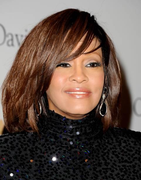 Whitney Houston em festa no hotel Beverly Hilton no dia 12 de fevereiro de 2011