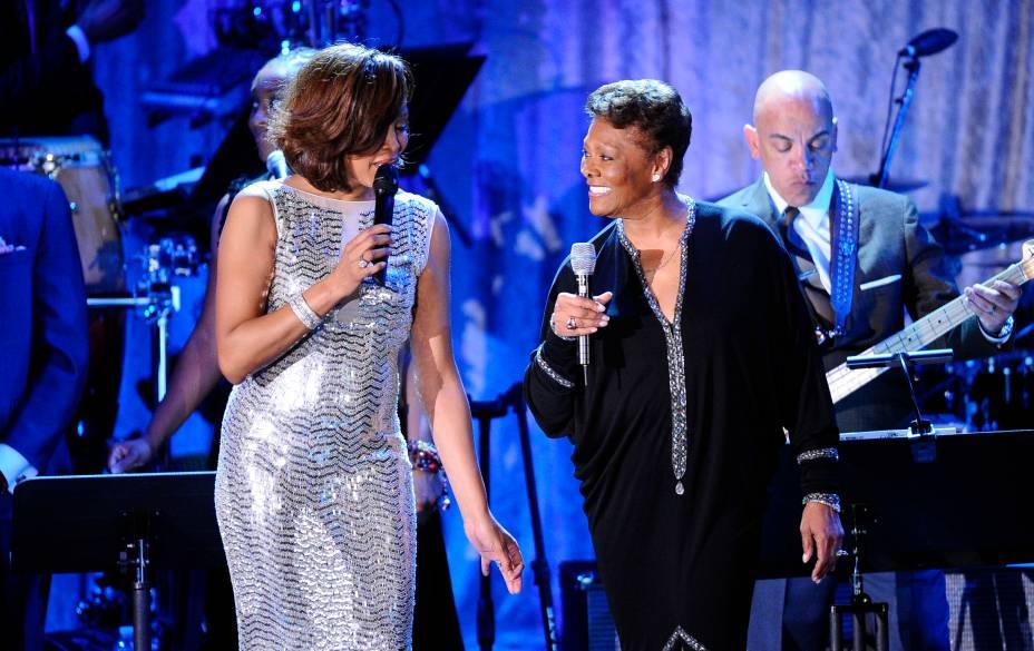Whitney Houston e Dionne Warwick em festa no hotel Beverly Hilton em 12 de fevereiro de 2011