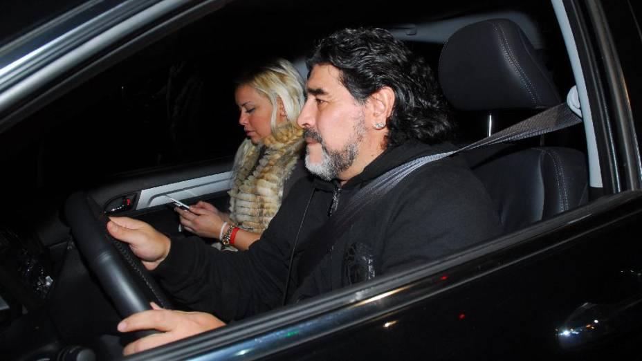 Ao lado da mulher, Maradona visita a mãe, internada em um hospital de Buenos Aires