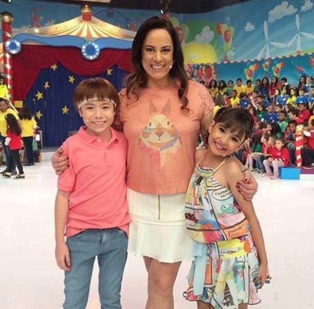 Silvia Abravanel e as crianças que apresentam o Bom Dia & Cia