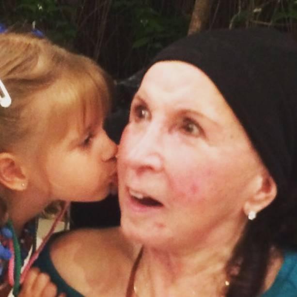 Alda, mãe de Xuxa, com uma de suas netas