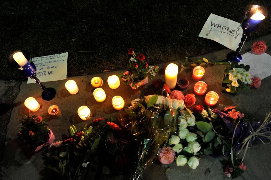Fãs deixam flores no hotel Beverly Hilton para homenagear Whitney Houston