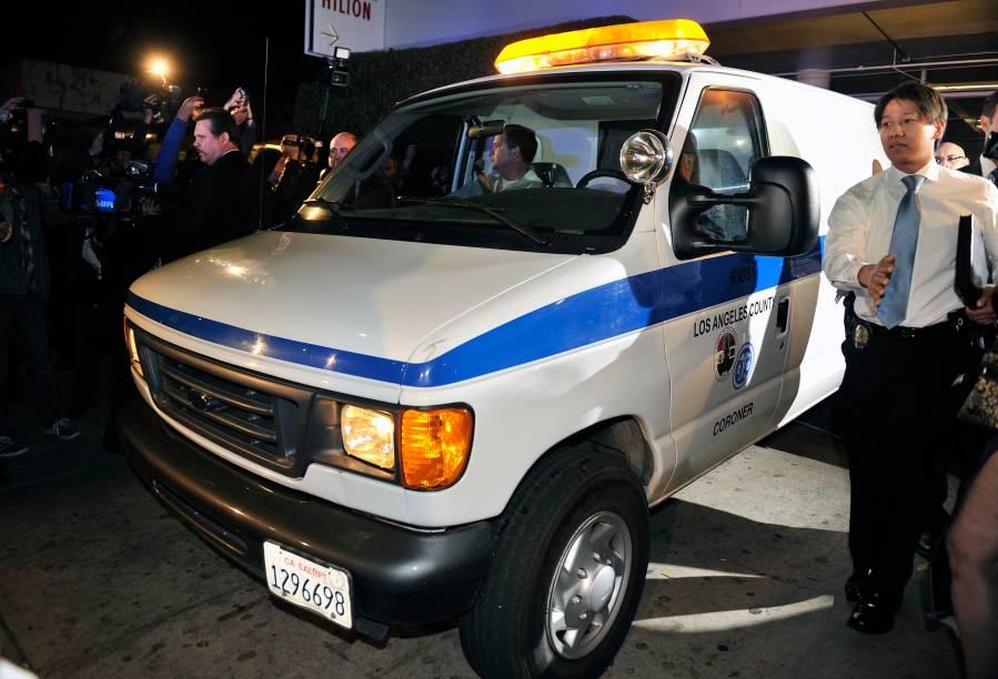 Ambulância chega ao hotel para levar corpo de Whitney Houston ao necrotério