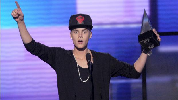 O cantor Justin Bieber recebe prêmio no American Music Awards