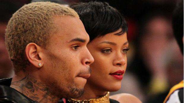 Rihanna e Chris Brown assistem a jogo de basquete em Los Angeles