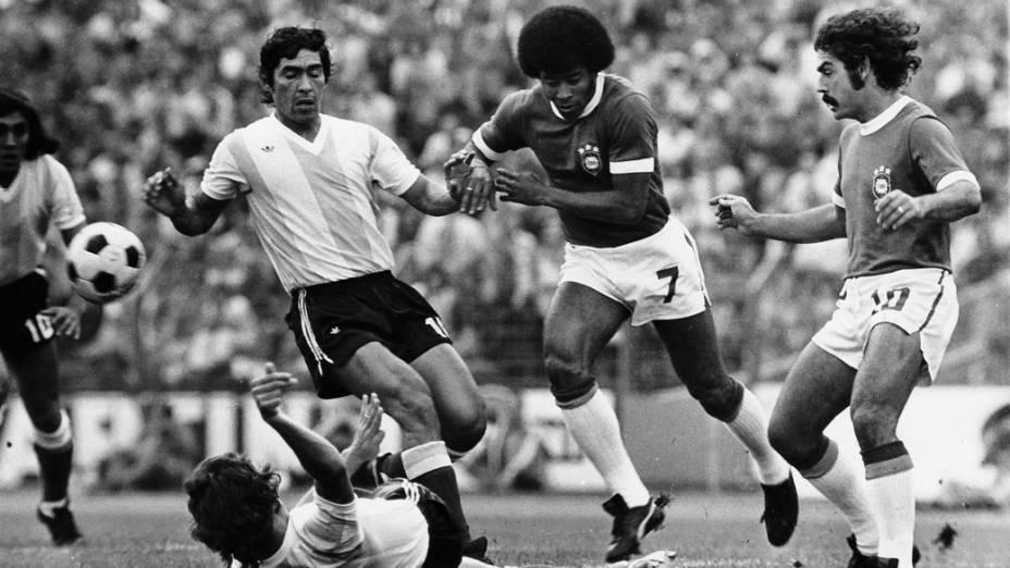 Jairzinho e Rivellino, do Brasil, e Heredia, da Argentina, no clássico sul-americano durante a Copa de 1974