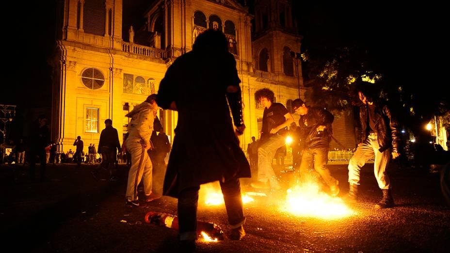 Porto Alegre - Manifestantes no centro da cidade ateiam fogo em lixo