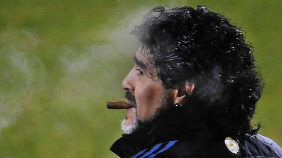 O técnico da Argentina, Diego Maradona, fuma um charuto após treinar sua equipe em Pretória, na África do Sul. A Argentina joga contra a Alemanha pelas quartas de final da Copa do Mundo no dia 3 de julho.