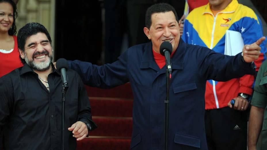 O presidente da Venezuela, Hugo Chavez, recebeu Diego Maradona, técnico da seleção Argentina, no palácio presidencial Miraflores em Caracas