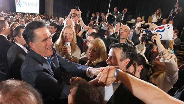 Mitt Romney cumprimenta eleitores antes de discursar em Boston, Massachusetts