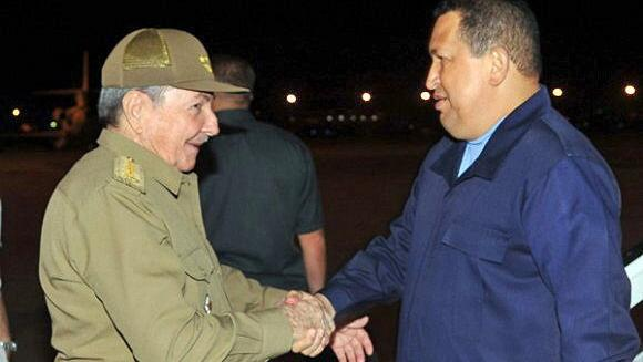 Chávez (à direita) encontra Raul Castro em Havana: tratamento contra câncer