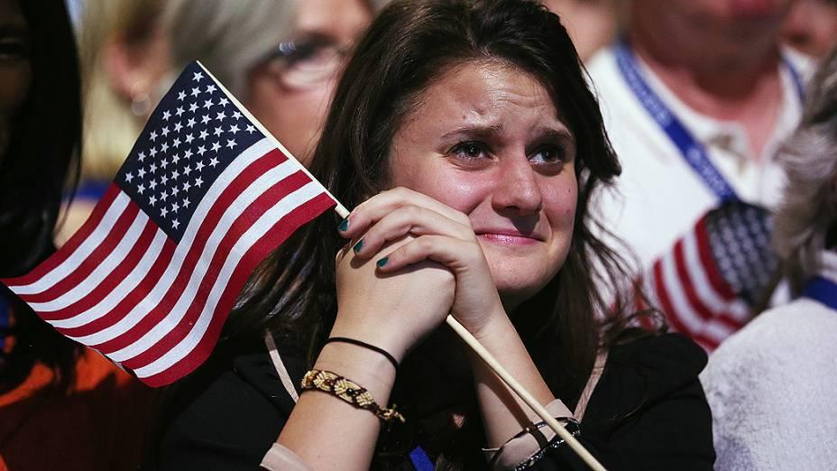 Emocionada, eleitora acompanha o discurso de Obama