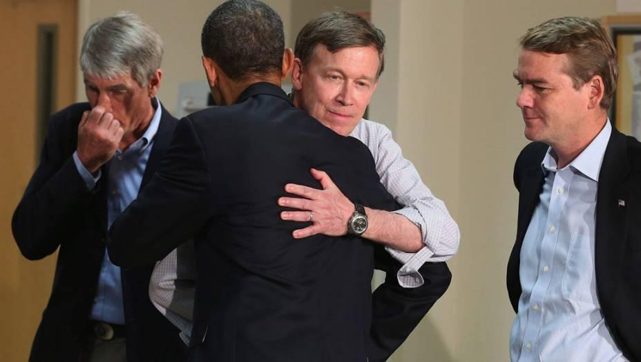 Presidente Barack Obama, abraça o governador do Colorado John Hickenlooper observado pelos senadores Mark Udall e Michael Bennet durante visita ao Hospital da Universidade do Colorado