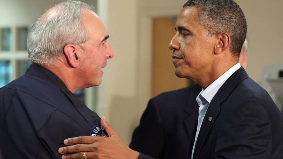 Presidente Barack Obama agradece ao chefe de Polícia de Aurora, Dan Oates, durante visita ao hospital da Universidade do Colorado, em Aurora, Colorado