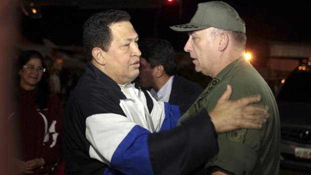 Hugo Chávez encontra o ministro da Defesa, Diego Molero Bellavia, ao voltar para Caracas em dezembro de 2012, depois de uma viagem a Cuba para realizar um tratamento de saúde