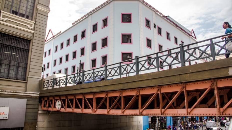 <p>Viaduto na Rua Florêncio de Abreu. Antes de ser canalizado, o Rio Anhangabaú passava sob a ponte que ficava em uma das entradas da cidade</p>