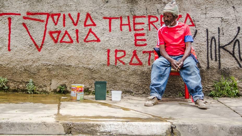 <p>Onofre Sabino trabalha lavando carros na Rua Rocha há mais de 20 anos. Ele capta a água de uma das nascentes do Saracura que fica dentro de um terreno baldio</p>