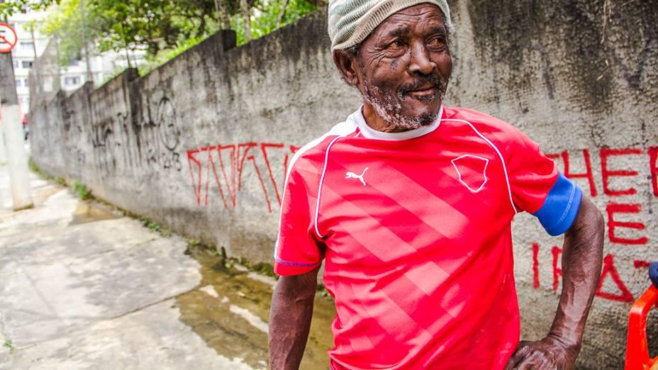 <p>Onofre Sabino usa a água de uma das nascentes do Rio Saracura para lavar carros na Rua Rocha. Ele cobra 5 reais por veículo</p>