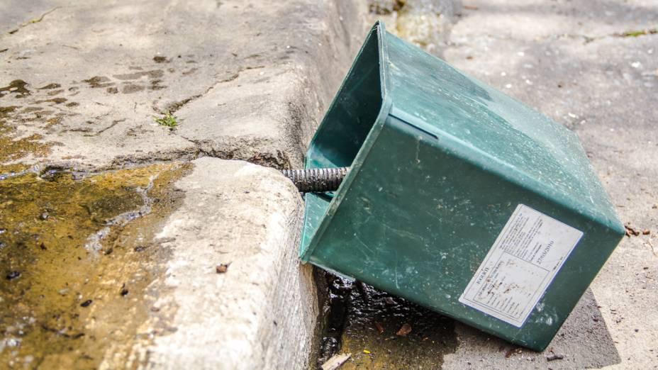 <p>Uma das bacias usadas por Onofre Sabino para captar a água de uma das nascentes do Rio Saracura. Ele lava carros na Rua Rocha há mais de 20 anos</p>