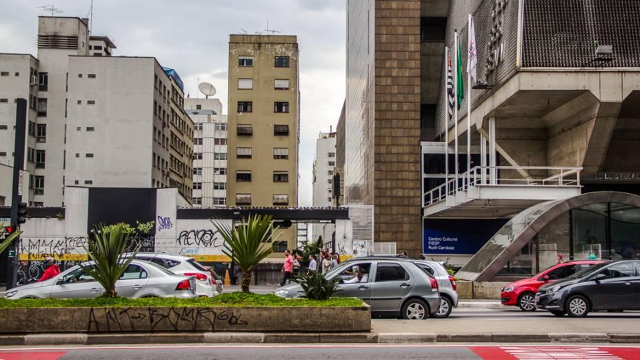 """<p>Na Avenida Paulista, entre a Alameda Casa Branca e a Rua Pamplona, é possível perceber que, num trecho do quarteirão nenhuma construção foi erguida. Esse é um dos indícios que sob este """"corredor de horizonte"""" passa um rio</p>"""
