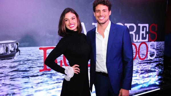 Cauã Reymond e Ísis Valverde aparecem juntos na apresentação da série Amores Roubados