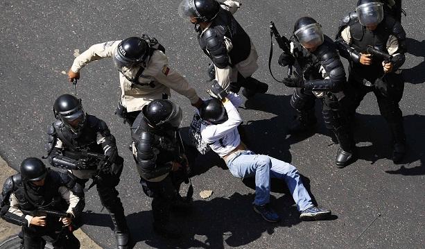 Policiais prendem manifestante em Caracas
