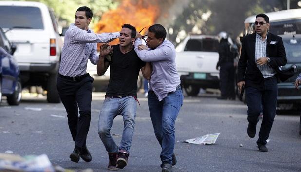Manifestante é preso por policiais à paisana em Caracas