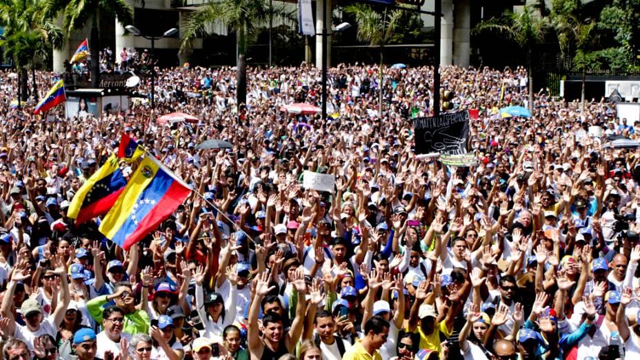 Manifestantes protestam contra o governo do presidente Nicolás Maduro neste domingo (16) em Caracas, Venezuela