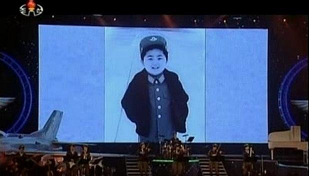 O pequeno ditador: telão mostra Kim Jong-un durante sua infância