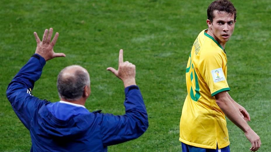 Felipão e Bernard na partida contra a Alemanha, em Minas Gerais