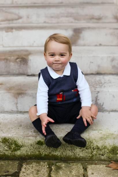 Príncipe George posa no jardim do Palácio de Kensington para fotos oficiais do Natal