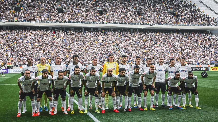 Equipe do Corinthians posa para foto na primeira partida oficial em sua nova casa, na partida contra o Figueirense