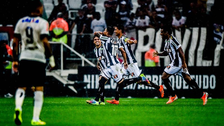 Jogadores do Figueirense comemoram gol do meia Giovanni Augusto, o primeiro em partidas oficiais no Itaquerão, na vitória do time catarinense sobre o Corinthians