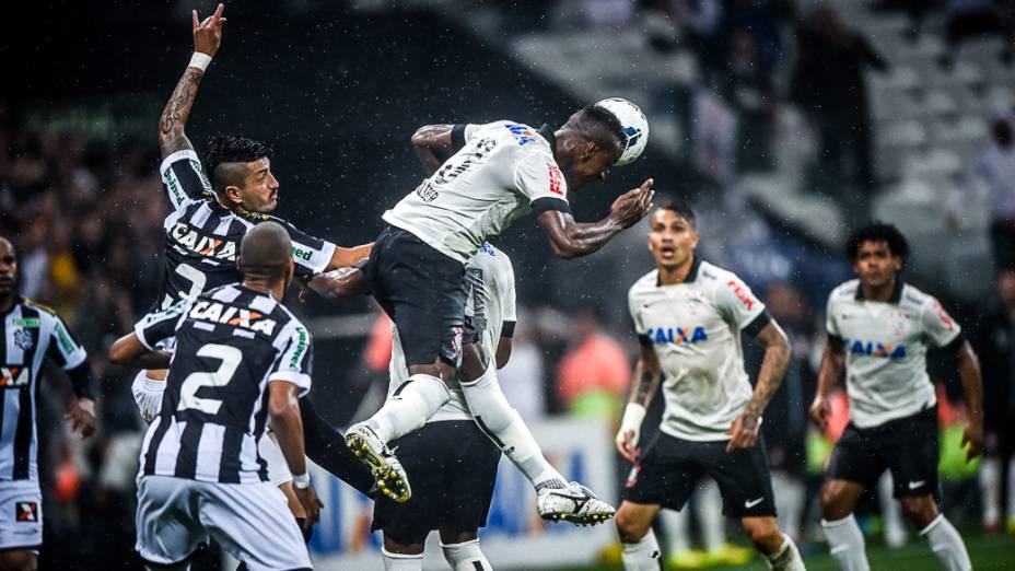 O zagueiro Cléber do Corinthians disputa jogada pelo alto na derrota para o Figueirense