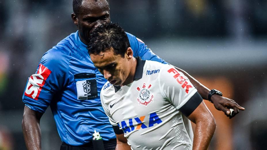 Jadson teve atuação discreta na derrota do Corinthians para o Figueirense, na primeira partida oficial do Itaquerão