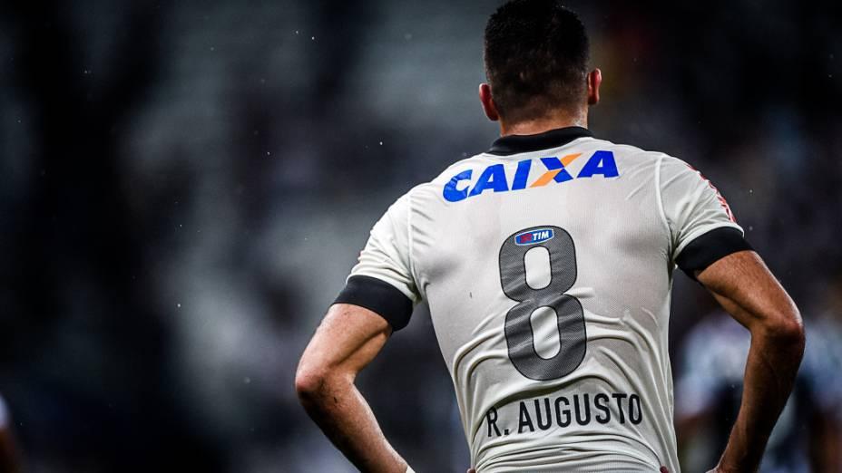 Renato Augusto lamenta chance perdida na derrota do Corinthians para o Figueirense
