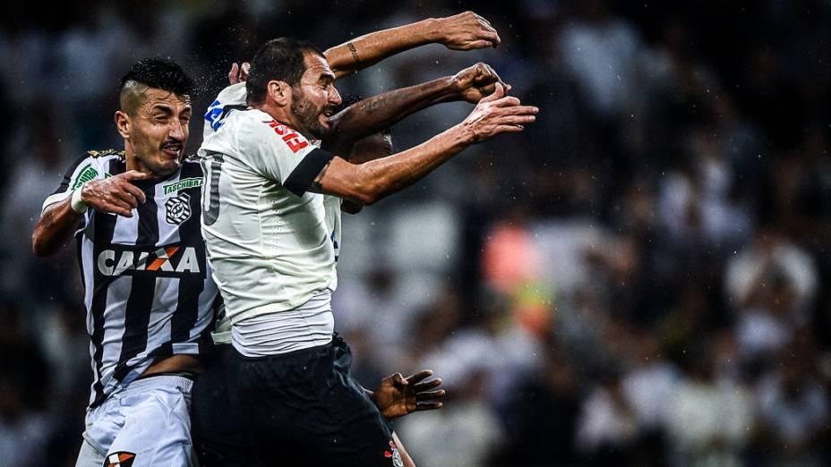 Disputa de bola na partida entre Corinthians e Figueirense, na primeira partida oficial realizada noItaquerão