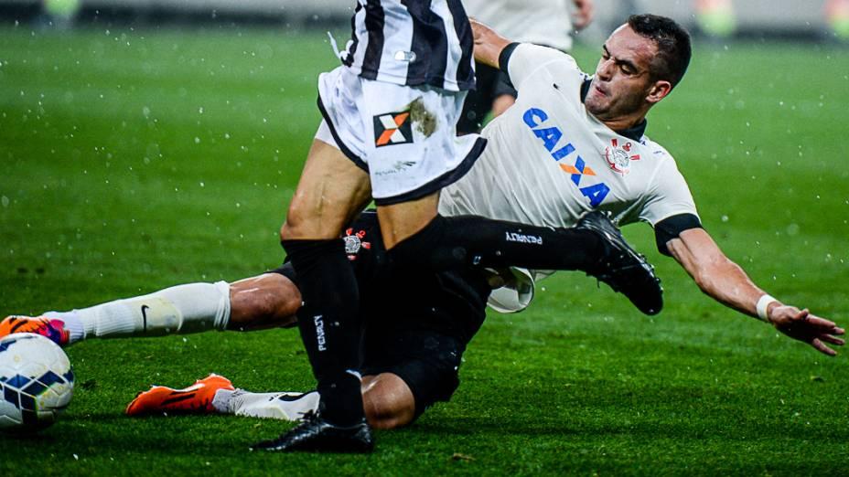 Renato Augusto disputa jogada na partida entre Corinthians e Figueirense, na primeira partida oficial realizada no Itaquerão