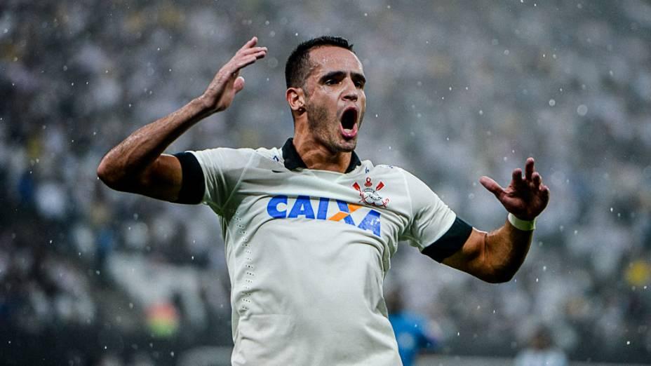 Renato Augusto chama a torcida após disputa de bola na partida entre Corinthians e Figueirense