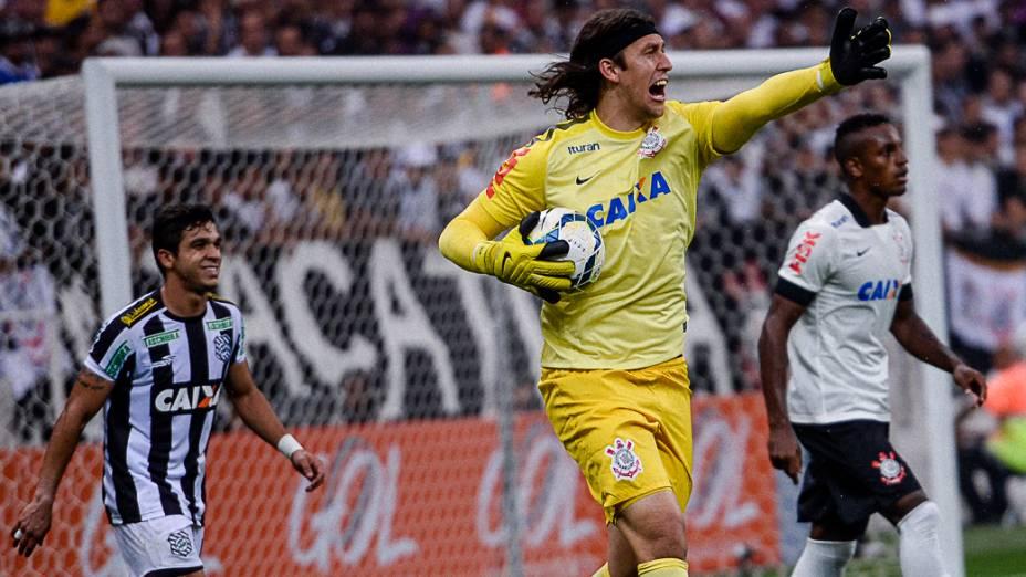O goleiro Cássio do Corinthians reclama do posicionamento da equipe na partida contra o Figueirense