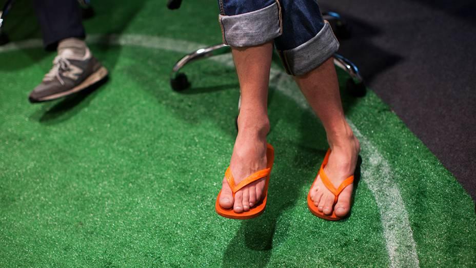 À vontade, o britânico Matthew Cruickshank entra no clima brasileiro e usa chinelos para trabalhar no escritório do Google, em São Paulo