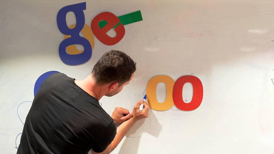 O britânico Matthew Cruickshank faz rascunho do que poderia ser o doodle de uma final hipotética entre Brasil e Argentina, no escritório do Google, em São Paulo