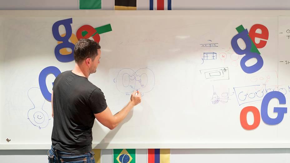 O britânico Matthew Cruickshank faz um rascunho do que poderia ser um doodle em uma final hipotética entre Brasil e Argentina, no prédio do Google, em São Paulo