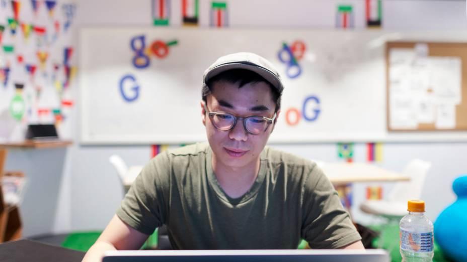 """O americano Leon Hong no escritório dos """"doodlers"""", no prédio Google, em São Paulo"""
