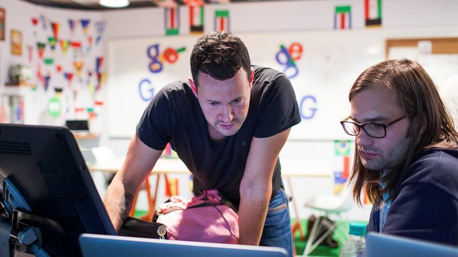 """Matthew Cruickshank e Ryan Germick no escritório dos """"doodlers"""", no prédio do Google, em São Paulo"""